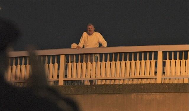 ▲自殺をしようとした男性を止めるためにアメリカ警察がとった自殺防止作戦とは!?