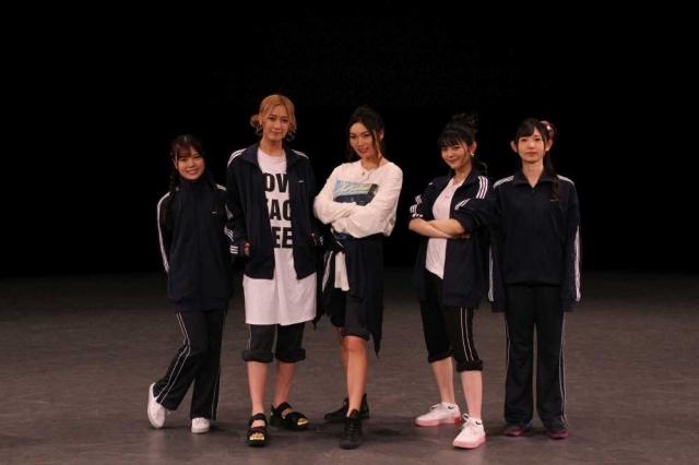 ▲RAISE A SUILEN(左から、倉知玲鳳さん、夏芽さん、Raychellさん、紡木吏佐さん、小原莉子さん)
