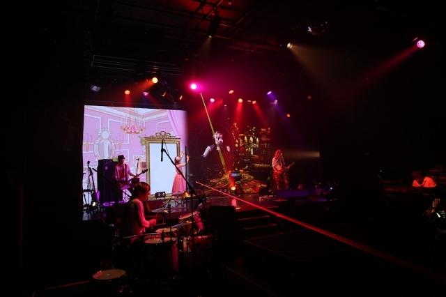 声優・内田真礼さんによる初の生配信ライブの公式レポートが到着! スペシャルゲスト・上坂すみれさんとのデュエット披露、11thシングルの制作発表など