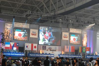 コスプレコンテスト中、メインステージで日本チームが勝利! 全員がそちらを向いて拍手