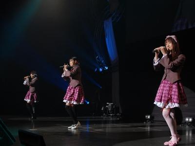 制服姿で初々しいステージングを見せた碧陽学園生徒会の本多真梨子さん、富樫美鈴さん、堀中優希さん。客席の暖かい歓声に感動の面持ちの3人だった。当日の振り付けには、アニメのポーズを取り入れたそう。