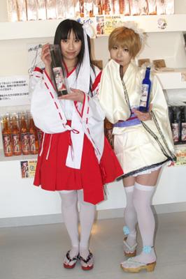 水戸市芸術館タワー前の酒店ではコスプレイヤーによる試飲販売が。前日には声優の近藤佳奈子さんも来店したそう。
