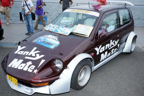 なつかしの『シャコタン・ブギ』痛車。シャコタン=車高(車の下の高さ)が低い。この痛車はしっかり低い