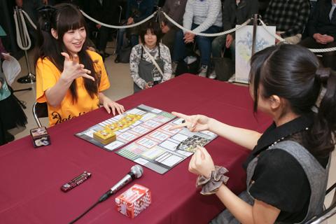 沼倉さん、徳井さんはそれぞれの作品のカードデッキを使って対戦!
