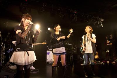 左から萩原雪歩役の浅倉杏美さん、我那覇響役の沼倉愛美さん、四条貴音役の原由実さん。