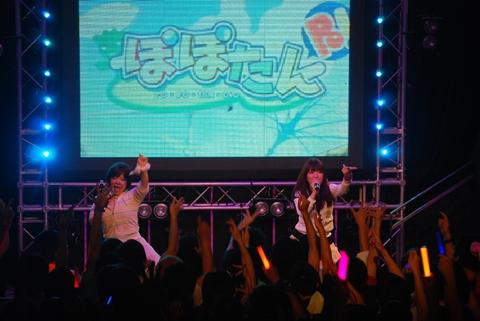 ライブ後半戦突入前に、再びコラボが。オリヒメヨゾラさん(写真右)×水霧けいとさん(写真左)×まきいづみさん(音声のみ)。
