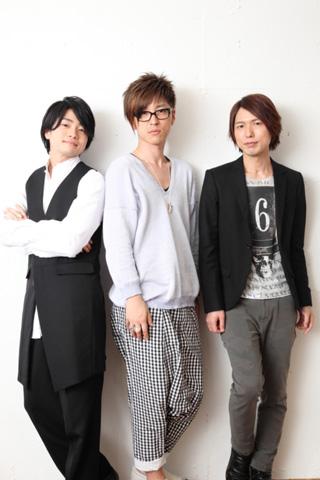 写真左から、常連客のパンダくん役の福山潤さん、カフェのマスター・シロクマくん役の櫻井孝宏さん、ペンギンさん役の神谷浩史さん。