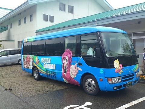 巡礼ツアーはこちらの『おねがい☆ティーチャー』ラッピングバスにて。