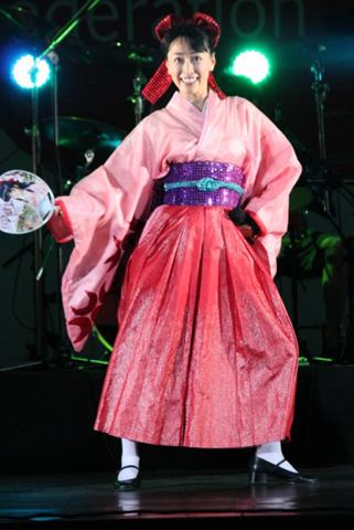 ライブグッズのうちわを持って『お祭りダンス」をハチャメチャ陽気に歌い踊る。