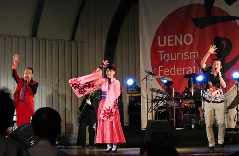 西村陽一さんとVelo武田さんは、観客入場の際の誘導や前説なども担当。始まる前から会場を盛り上げていた。