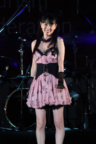 ライブ後半はピンクゴスロリ服で。黒兎の耳つきカチューシャと、背中の悪魔の羽根がキュート。