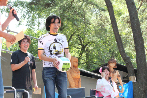 『おねがい☆ティーチャー』サイクルウェアのPRのために来ていたバンダイビジュアルの森本浩二プロデューサーも、サイコロトークに参加。ロケの秘話を語った。