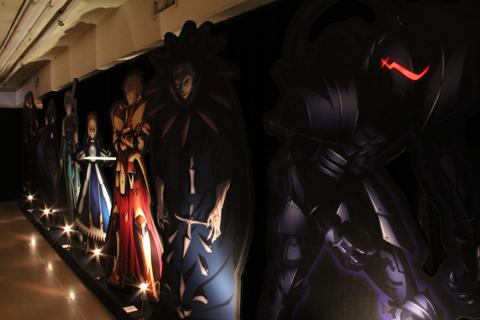 セイバーやアーチャー、バーサーカーなど、『Fate/Zero』に登場するサーヴァントが立ち並ぶ! こうしてみるとなかなか壮観!