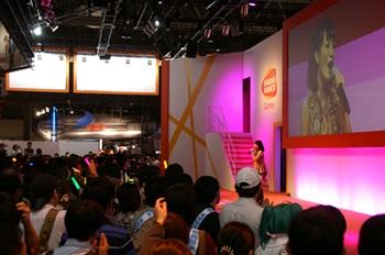 楽しそうに歌を披露する千菅さん。その魅力ある歌声に惹きつけられてか、気づくと客席から溢れんばかりの人が!
