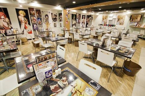 店内のテーブルや壁面に『マギ』のイラストがたくさん飾ってある。