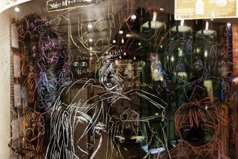 店内の壁には来場者がイラストやメッセージを描けるスペースも設けられている。みなさんお上手です!