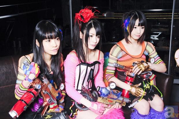 スチームガールズのメンバー。左から、桜雪、神谷えりな、小柳朋恵。