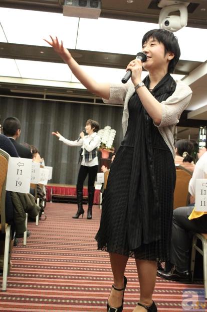 中央通路で「花の巴里」を歌う島津さんと鷹森さん。ハモリ部分を観客に振り、会場中で巴里の雰囲気を作り上げる。