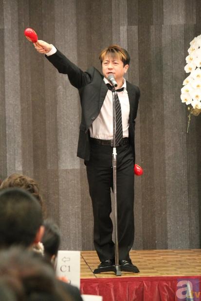「おはようボンジュール」をかっこよく必殺技風に歌いなさいとハードルを上げられ、ポーズを決めながら勇ましく歌う陶山さん。