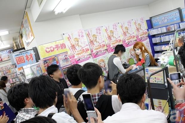 """▲イベントがスタートすると、""""桐乃?さん""""をひと目見ようと大勢の方が集まり大賑わい。集まったみなさんからカメラを向けられると""""桐乃?さん""""はいろいろなポーズを決めて応えていた"""