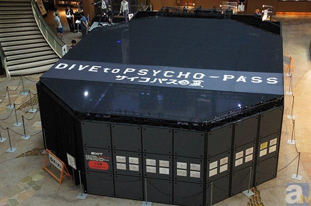 ▲シビュラシステム印の巨大な箱が会場。<br />外観の装飾も凝っており、まるで巨大サーバーのような風体だ