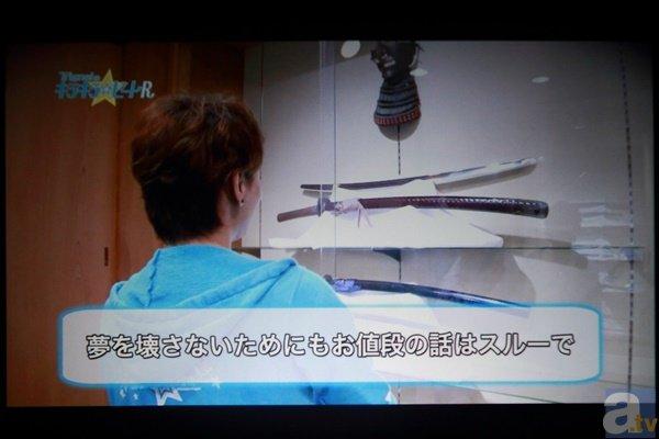 """▲特典映像には""""オトナの社会科見学""""と題して日本刀を取り扱うお店へ行った3人の様子を収録。本物の刀を目にしてテンションをあげる姿を確認することができました。"""