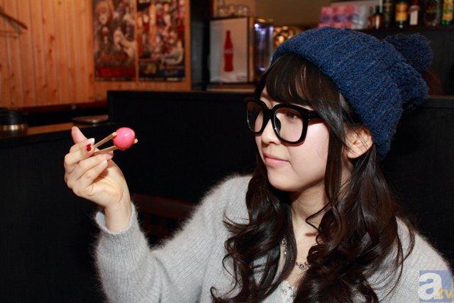 """▲""""赤い謎の卵""""をグレーテルのメガネをかけて観察する安野さん。"""