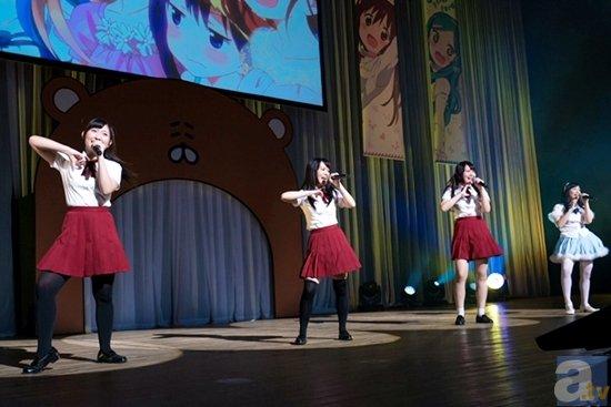 ▲4人揃ってのライブパフォーマンスでは、歌だけでなく、息のあったダンスも披露!