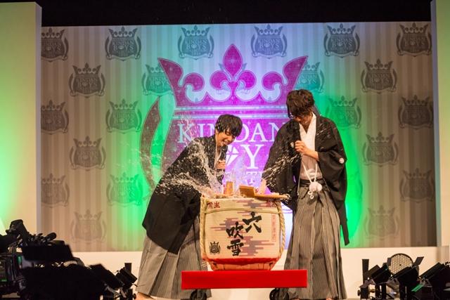 """▲割られた勢いで飛散し、江口さんや観客にもぶっかけられた""""穴吹雪""""。この祝い酒は、イベント終了後に来場者へ無料で配布されました。"""