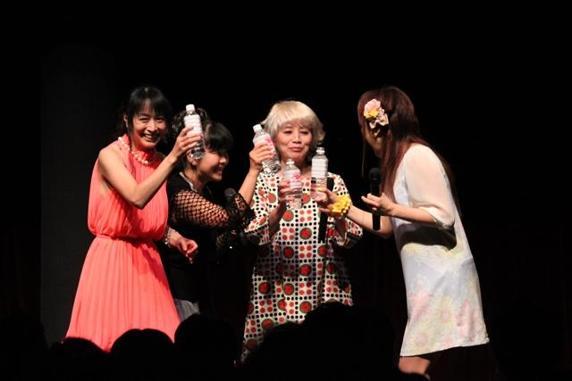 """▲歴代のサクラグッズをコレクションしている横山さんは、当然""""開けない派""""。伊倉さんと西原さんは""""開ける派"""""""