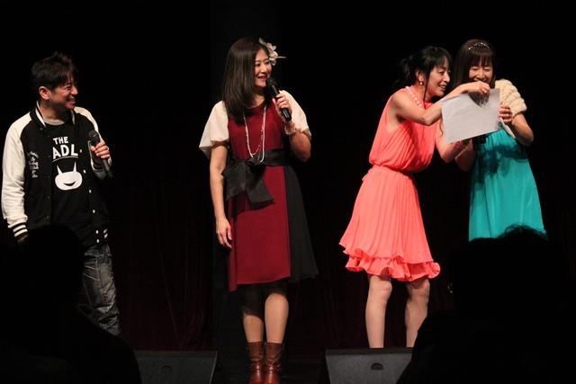 ▲ファイナル公演でのすみれの口上からの問題では、横山さんが正解を富沢さんに読ませようとしたところ、「ちーちゃん、眼鏡がないと……」