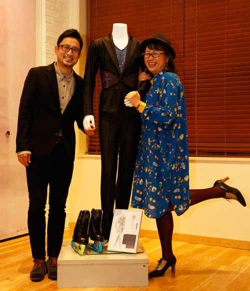 ▲(左)宮本賢二さん、(中央)勝生勇利のFS衣装、(右)久保ミツロウさん