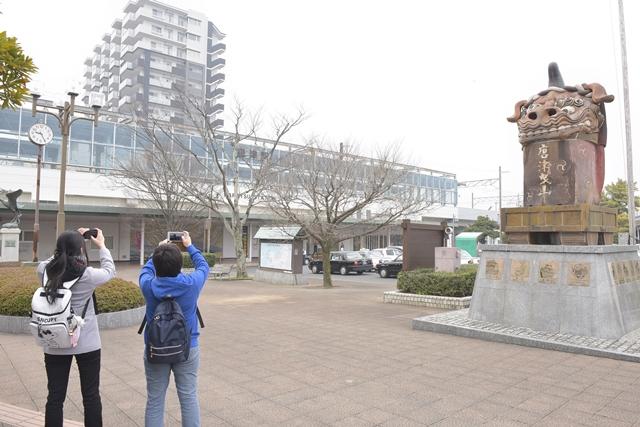 ▲作中のモデルとなった「唐津駅 北口」を撮影するファン