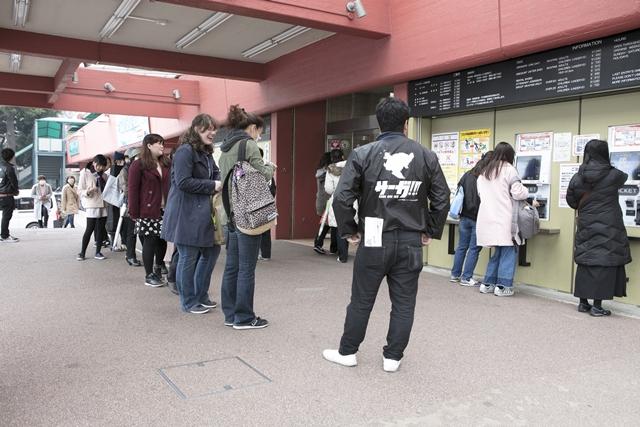 ▲会場前にはオープンを待つ約80人の行列が!