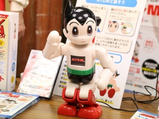 『鉄腕アトム』ゆかりの地・高田馬場でATOMが登場! コミュニケーション・ロボットATOMをフォトレポート!