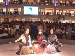Kalafina 20thシングル「into the world/メルヒェン」リリイベ、恒例のラゾーナ川崎にファンたちが集う!