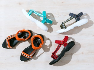 『ハイキュー!!』コラボサンダルが登場! 烏野、青葉城西、音駒、梟谷学園のユニフォームの色合いを落とし込んだ、ユニセックス対応のデザイン