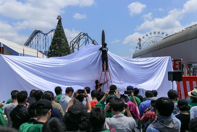 ▲除幕式前の原寸大「瑞雲」。時折風でシートがめくれており、そのたびに周囲のお客さんから歓声が上がっていました。
