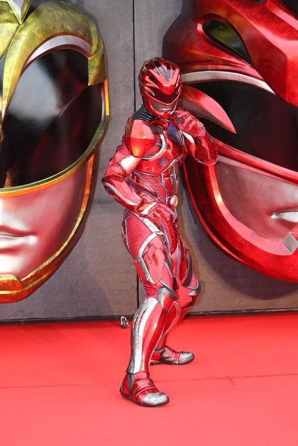 『パワーレンジャー』鈴木達央さんがレッドカーペットを颯爽と歩く!