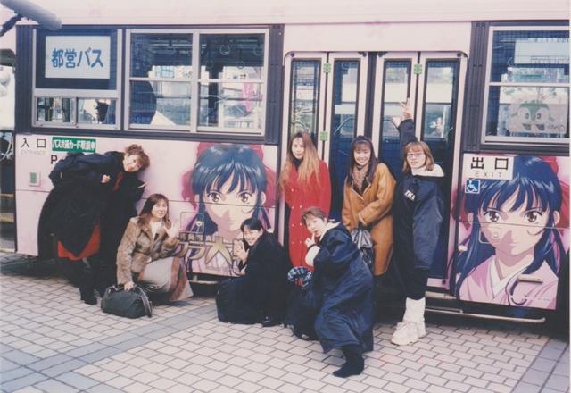 ▲『サクラ大戦 活動写真』(2001年12月22日公開)当時、ラッピング広告が施された都営バスの前で記念撮影