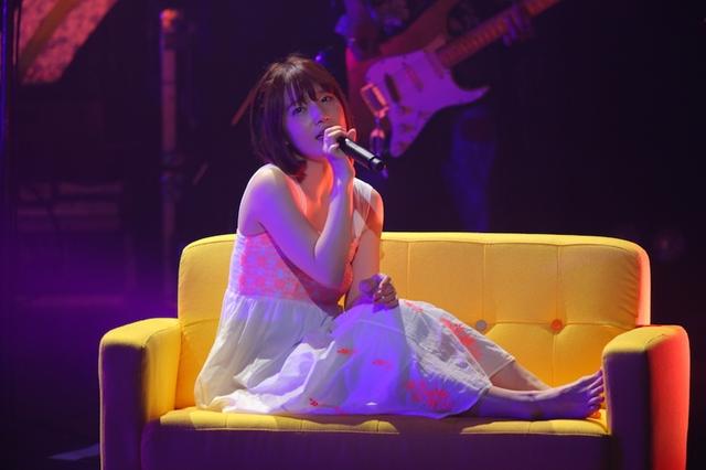 椅子に座る内田真礼さん