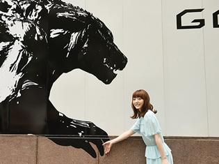 アニメ映画『GODZILLA 怪獣惑星』花澤香菜さん、新宿に現れた2体目のゴジラとツーショット! 巨大アートがビルの壁面に登場