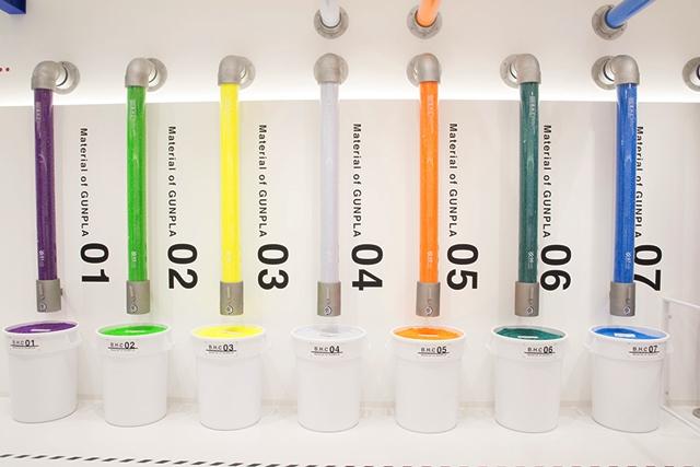 ▲こちらが「ガンプラ」のカラー別素材。加工前の物を実際に触れることができます。