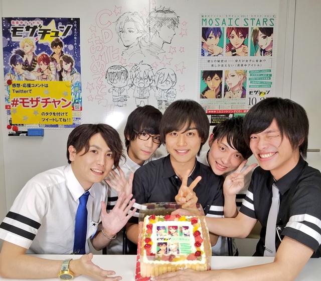 ▲イベント後の生配信番組「モザチャン」での5人。後ろには小田すずか先生と仁茂田あい先生によるサプライズイラストが!