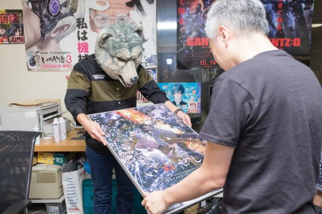 ▲インタビュー後には、お互いに直筆サイン入りのポスターとCDの交換も行われました。