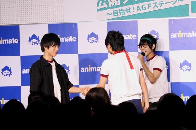 ▲緊張する齊藤さんを激励した生田さんは、齊藤さんと固い握手を交わしつつ、ちゃっかり落とすことも忘れません