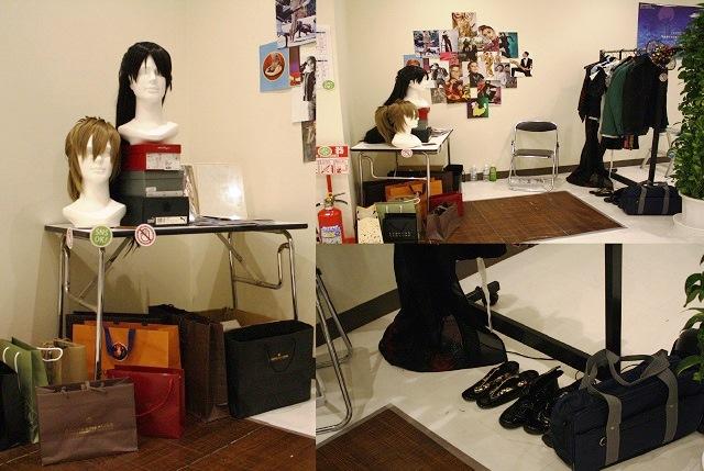 ウイッグや衣装など華やかな小道具が置かれた衣裳室