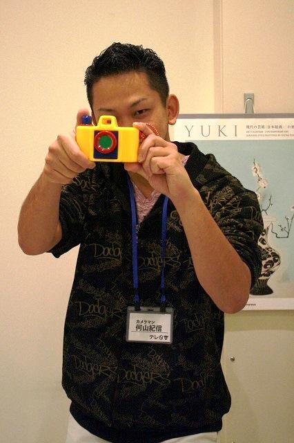 写真家・何山紀信さんの前で、こん身のポーズを披露!