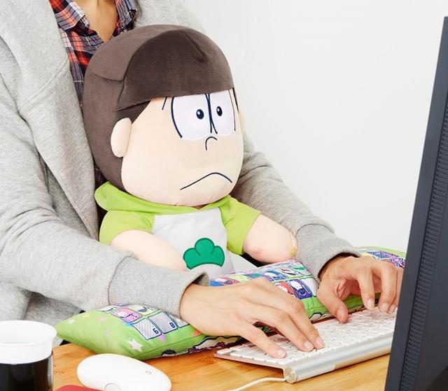 ▲おそ松さん PCクッション チョロ松 使用イメージ