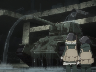 『少女終末旅行』第10話【「電車」「波長」「捕獲」】のあらすじ&先行カットを公開! 巨大なプラントが立ち並ぶ施設に圧倒されるチトとユーリ